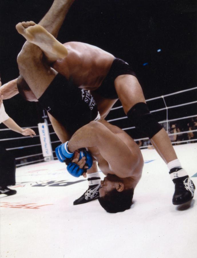 """Aplicando o famoso """"triângulo"""" em Marc Coleman no Japão em 2002"""