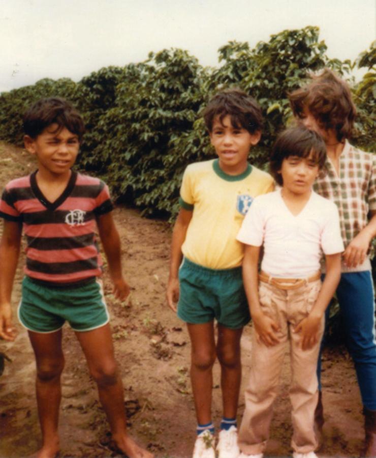 Flamenguista, aos 9 anos, com o irmão gêmeo, Rogério (Minotouro), e dois primos