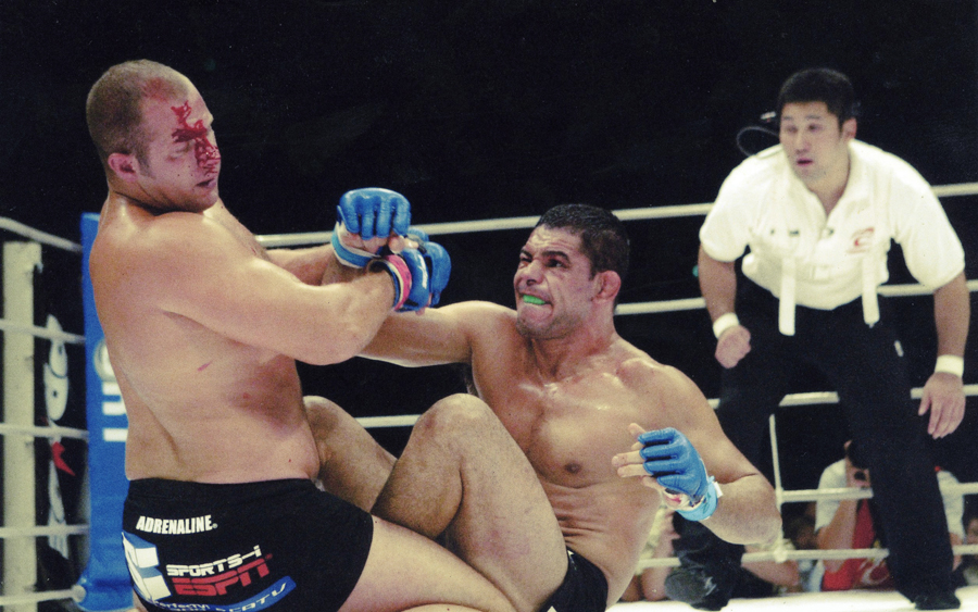 Na outra pág., Minotauro acerta o russo Fedor Emelianenko em 2006, golpe que interrompeu uma luta que o brasileiro deveria ganhar