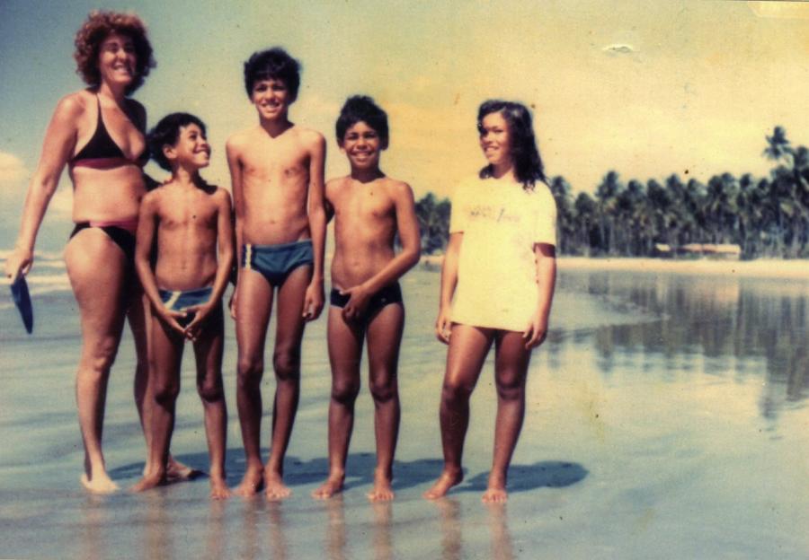 Família no sul da Bahia: a mãe, Marina Nogueira, os irmãos, Rogério e Júlio, Rodrigo (Minotauro) e a irmã, Jamile