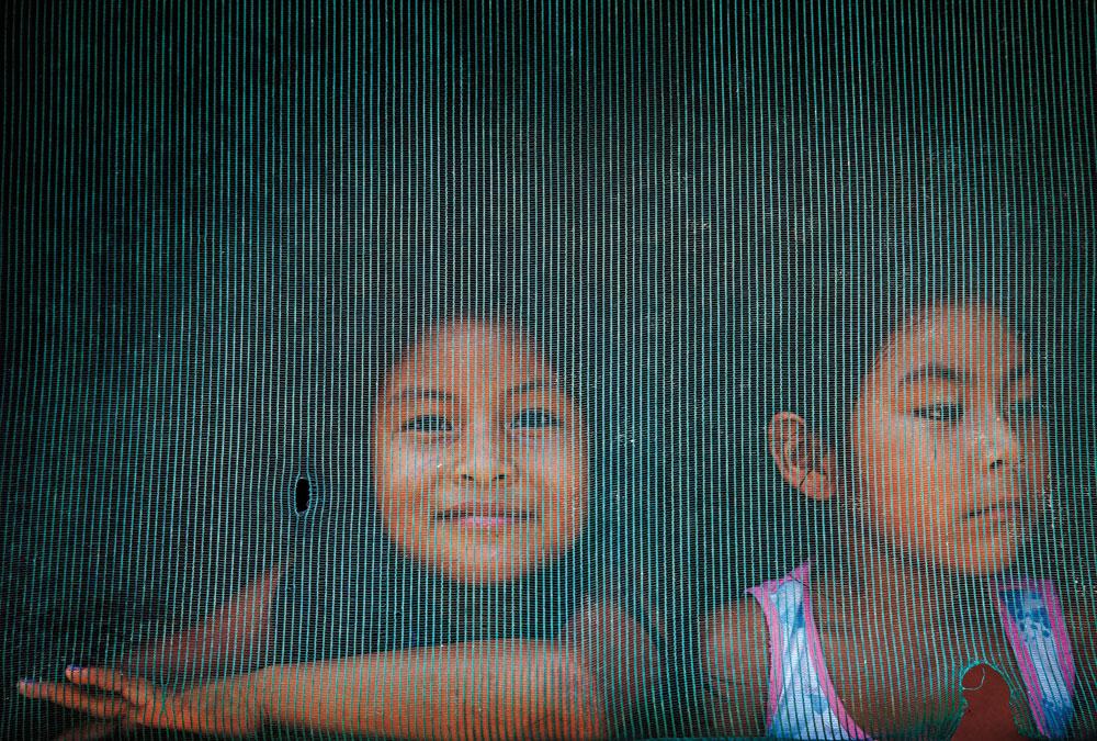 duas alunas ticuna observando o movimento