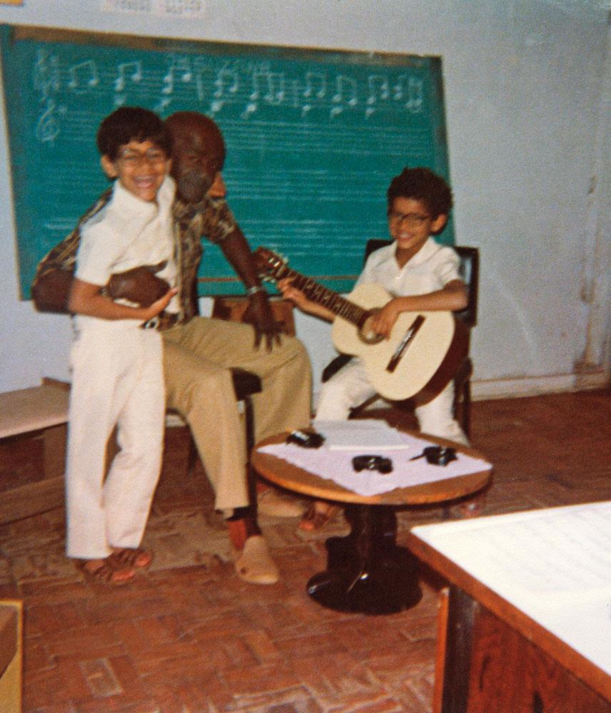 nas aulas de música com o irmão mais velho