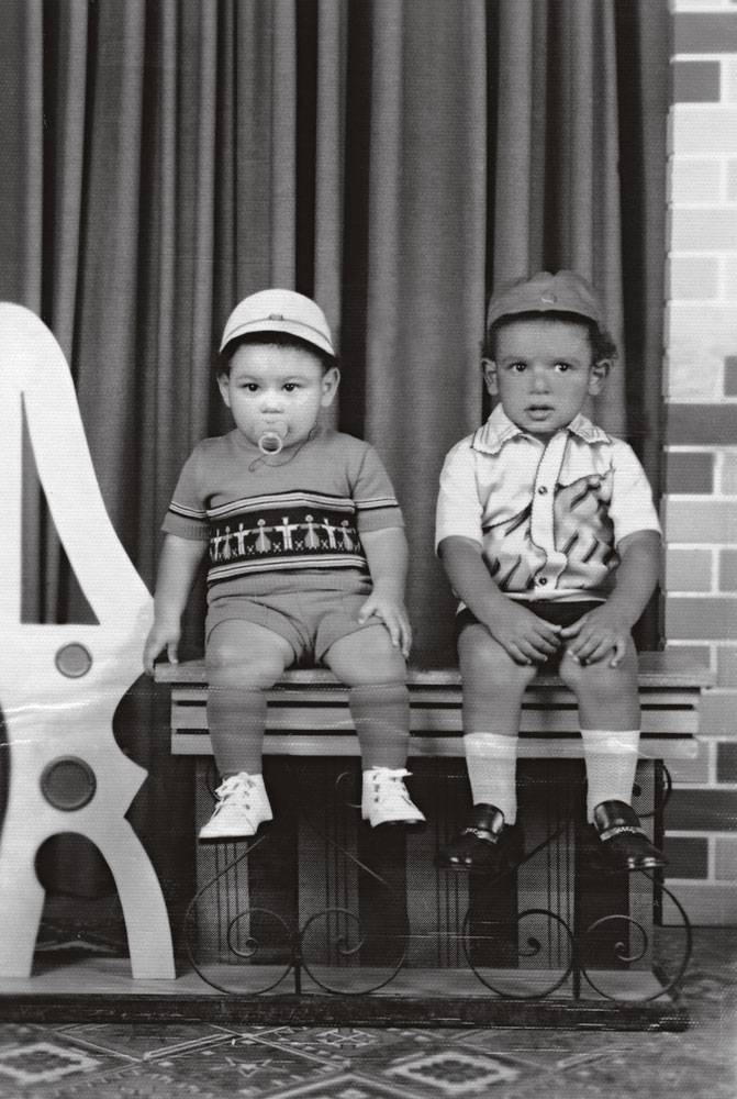 Kleber aos dois aninhos, de chupeta, ao lado de seu irmão Clayton