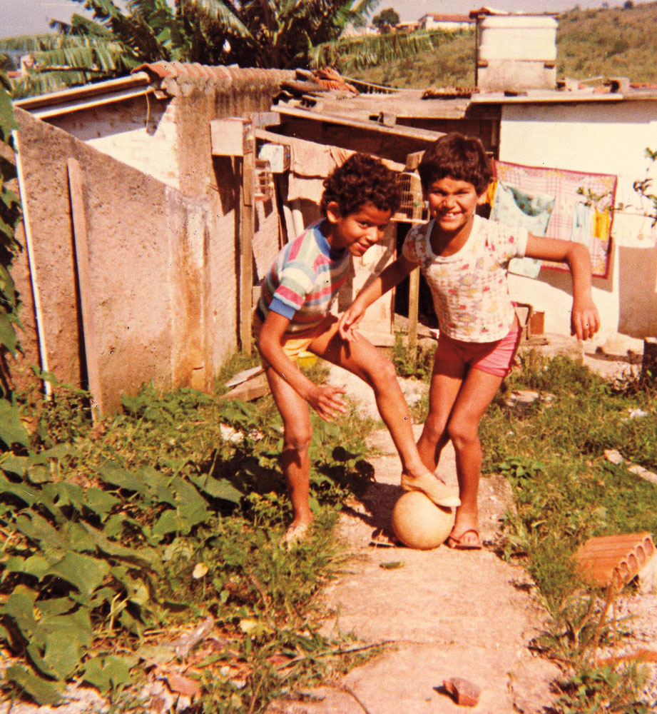 jogando bola no quintal da casa do Grajaú onde a família mora até hoje