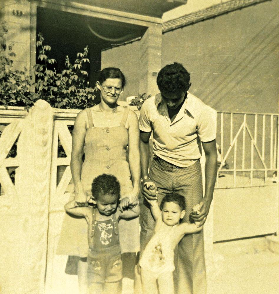 com seus pais, Maria Vilani e Cleon, e o irmão Clayton