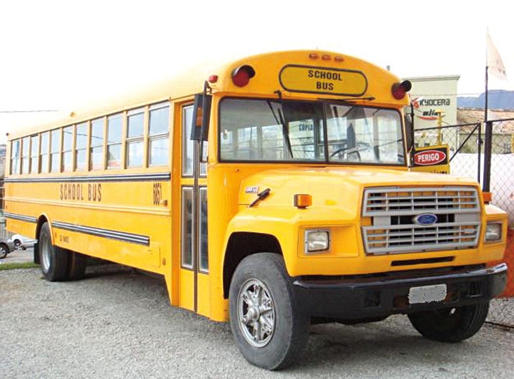 O ônibus escolar americano preserva os 48 bancos e estética original. Vem pronto para a estrada, com pneus novos e direção hidráulica. Valor inicial, negociável: R$ 150.000. Tel.: (11) 9985-2368.