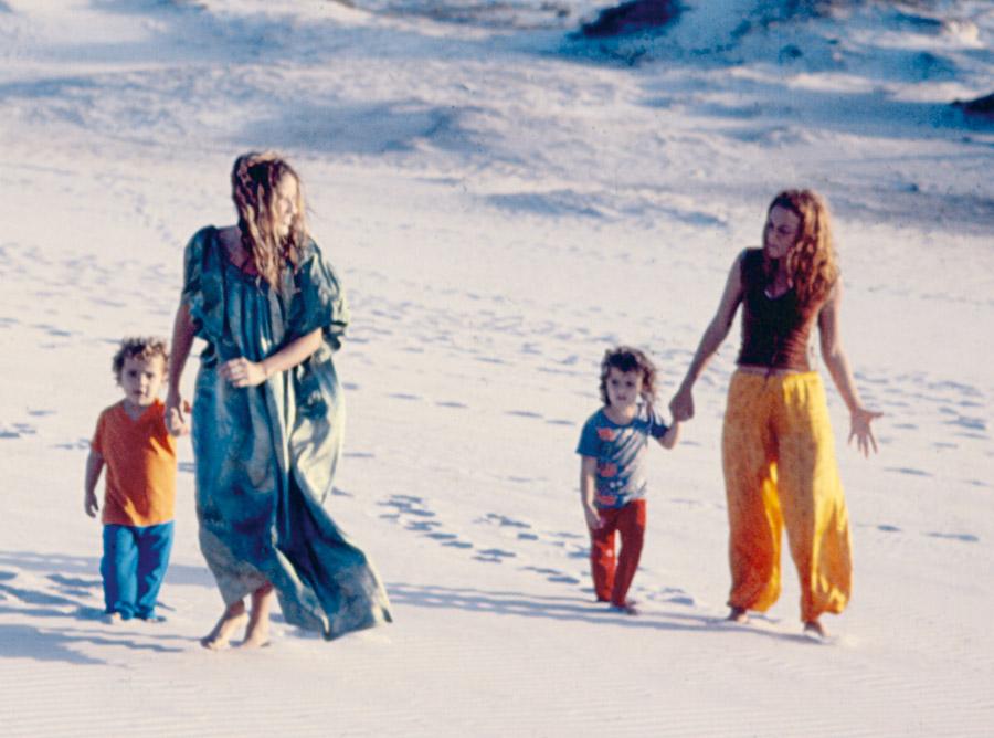 Lucina e Luhli com as filhas Julia e Flor em Arraial do Cabo, 1978
