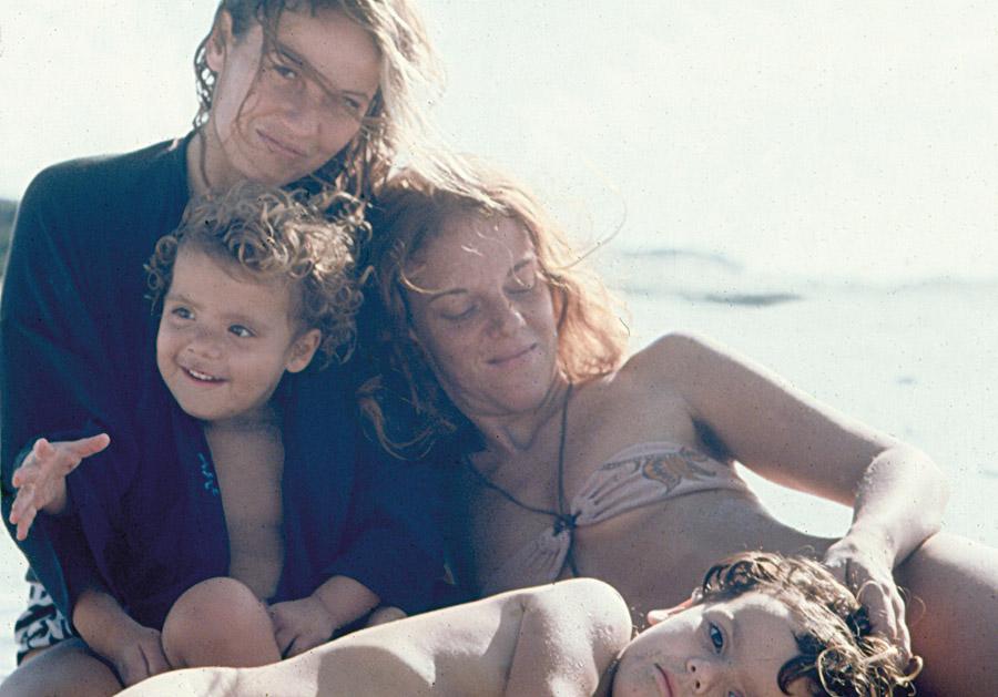 s duas com as filhas em Arraial do Cabo, 1978