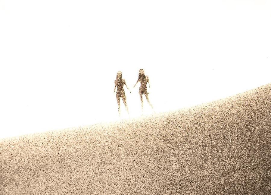 Luhli e Lucina fotografadas por Luiz nas dunas de Arraial do Cabo, em 1978, em ensaio que deu origem à capa do primeiro LP da dupla