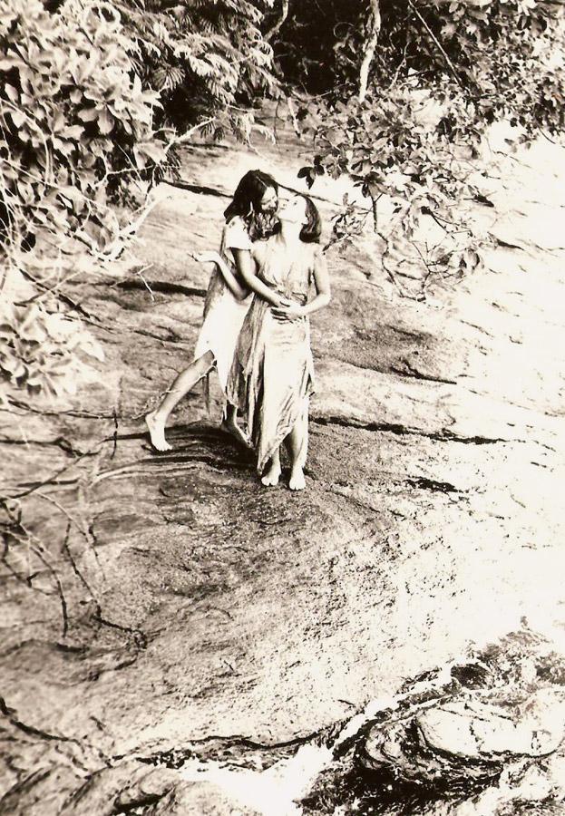 Lucina abraça Luhli  em uma ilha da baía  de Sepetiba (RJ), 1978
