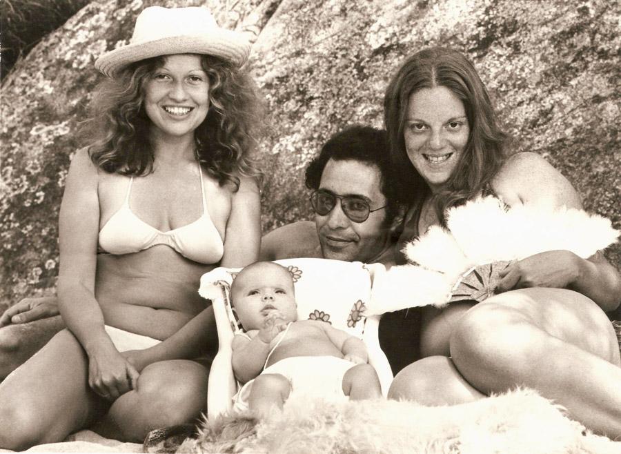 Lucina, Luiz e Luhli com a filha Julia, batizada no mar de Filgueiras (RJ), em 1974