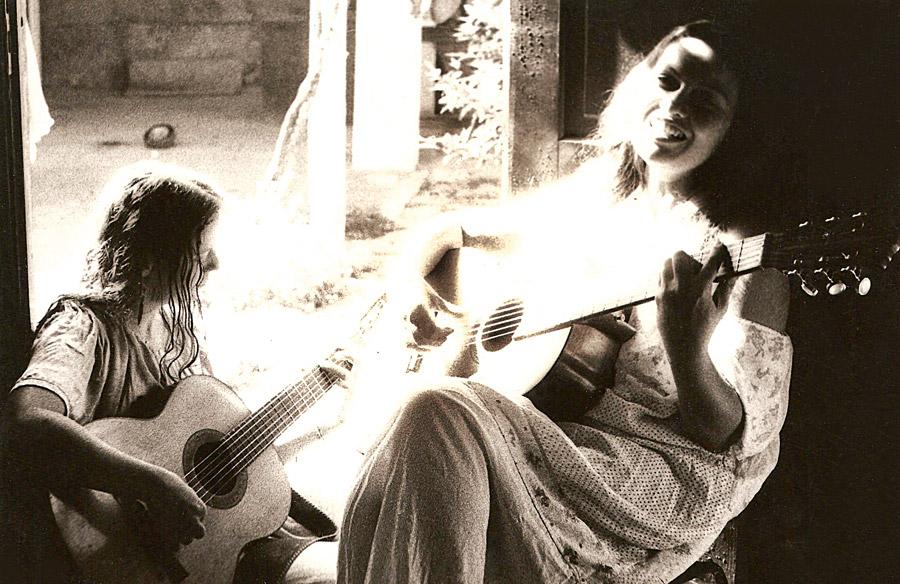 Luhli e Lucina tocam na casa onde moraram em São Paulo, em 1982, fotografadas por Luiz