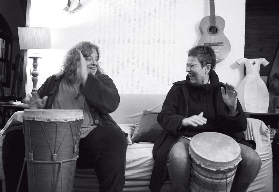 Luhli (esq.) e Lucina tocam os tambores produzidos pela primeira, no reencontro promovido pela Trip