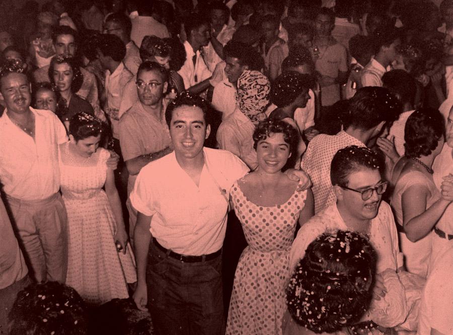Com uma amiga em um baile de carnaval de Araraquara, em 1957