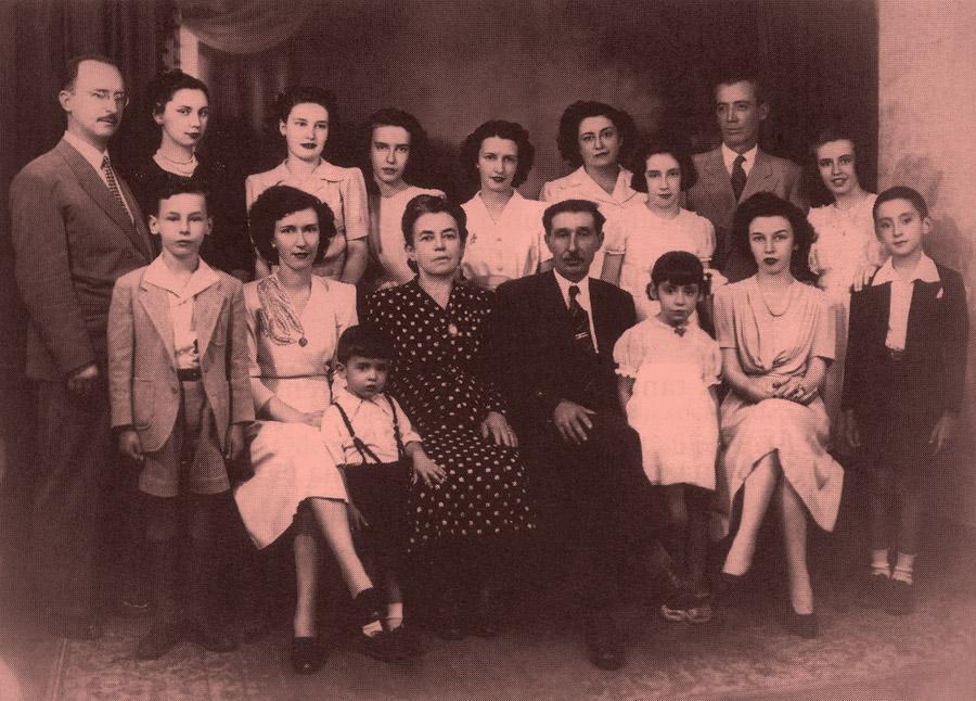 com a família materna em São Paulo, em 1945; Zé Celso é o último à dir.; ao centro, estão seus avós