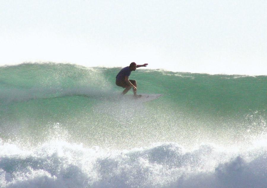 Thomas Green, o surfista australiano que fundou a comunidade gaysurfers.net, mostrando sua habilidade na água