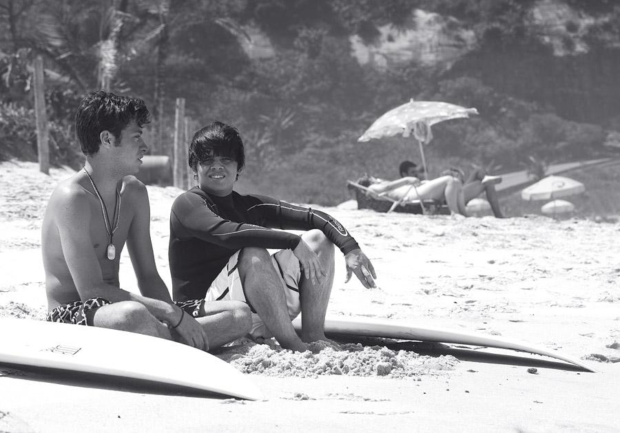 Lucas Messeder (de camisa de lycra) e Marcus Vinícius, surfistas cariocas que saíram do armário, na Prainha, Rio