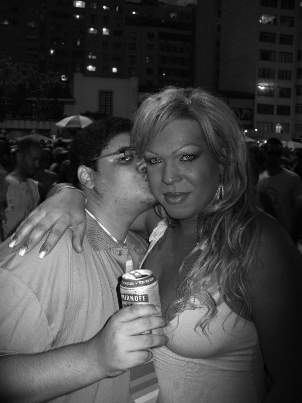 Registros do T-Lover na Parada Gay carioca, um dos lugares ou eventos LGBT que frequenta para poder poder interagir com as travestis numa boa