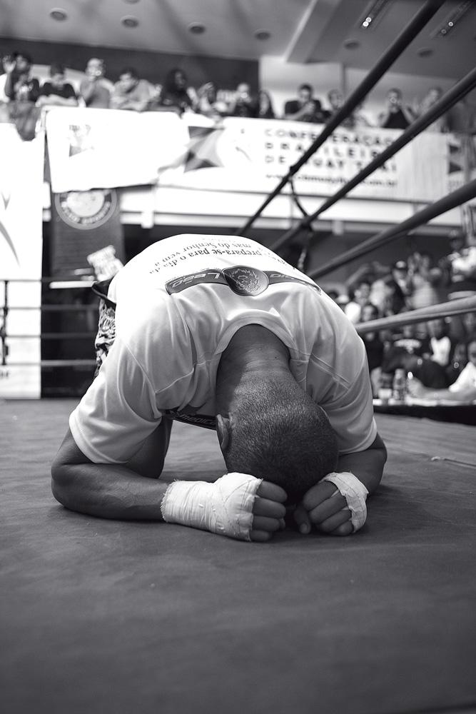 o lutador se prepara para o desafio