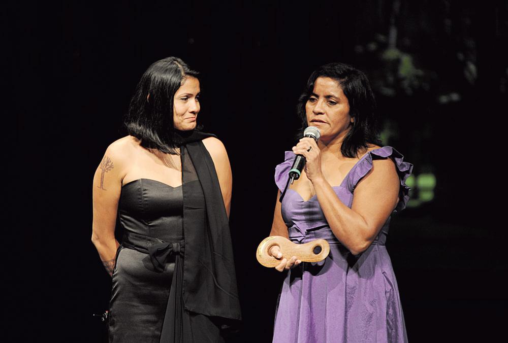 Claudelice (esq.) e Laísa recebem o prêmio em nome de seus irmãos assassinados