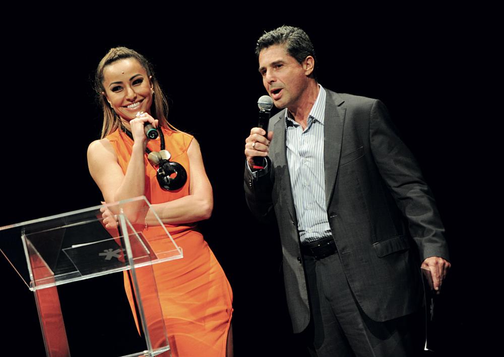 Sabrina Sato e David Feffer anunciam o prêmio a Renato Sérgio de Lima