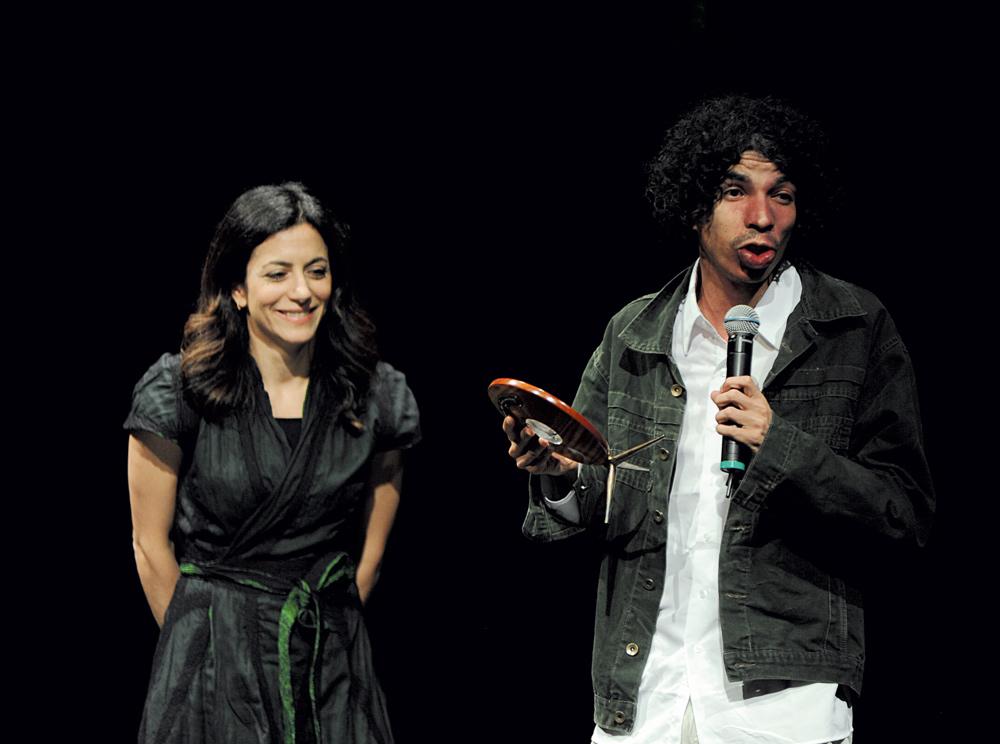 Pablo Capilé recebe o troféu das mãos de Marina Person