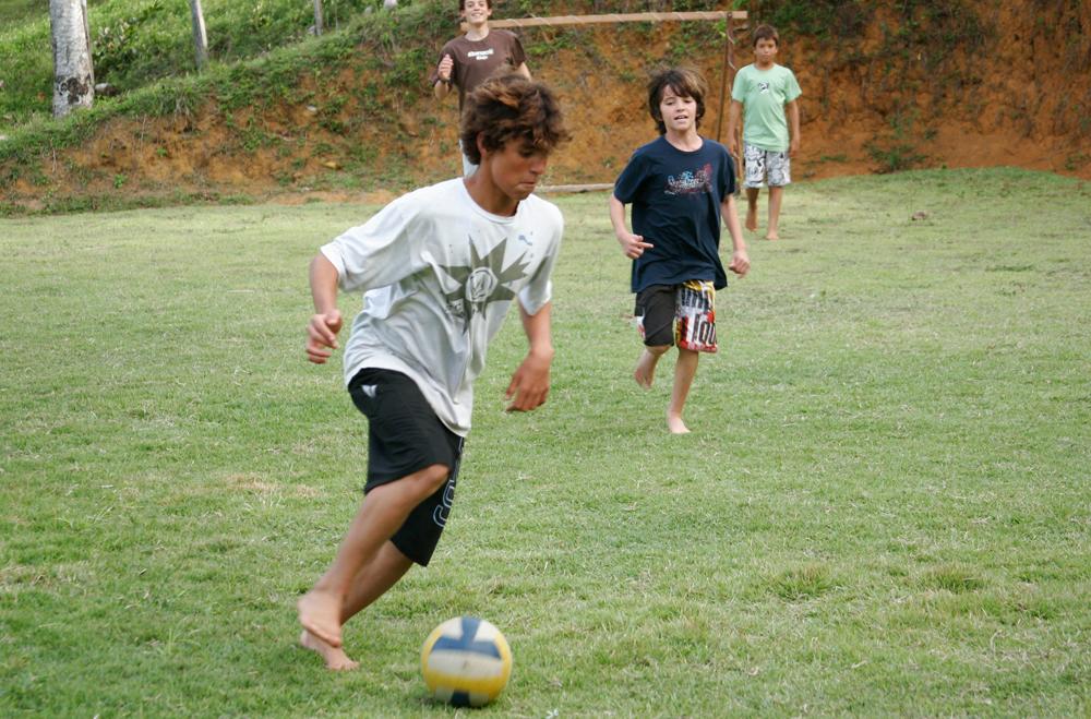 Jogando futebol em Itacaré, 2007, aos 13 anos