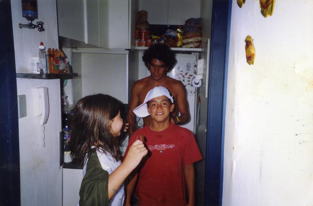 com a prima Mariana, o padrasto Charles e o primeiro troféu que ganhou, aos 10 anos