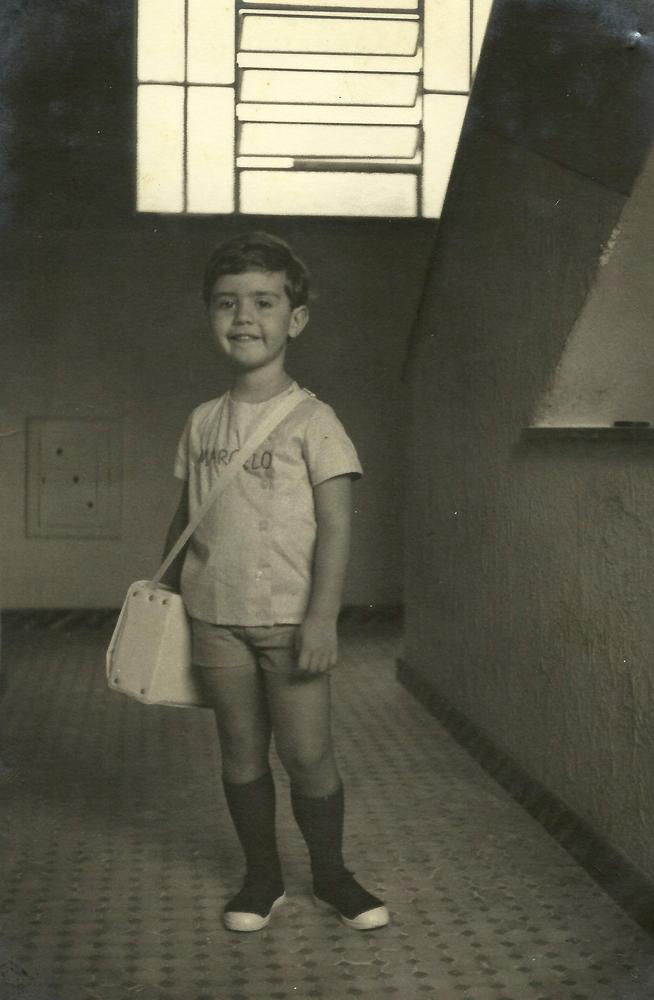 Marcelo aos 4, todo pimpão com seu primeiro uniforme escolar