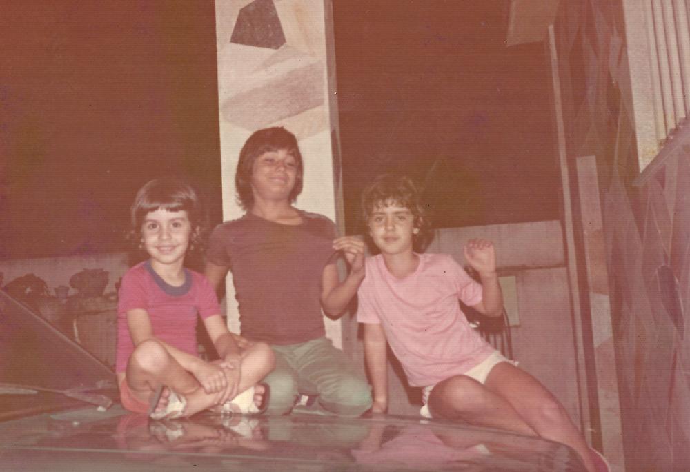De camisa vermelha, com o irmão Renato e o primo Luis Alberto