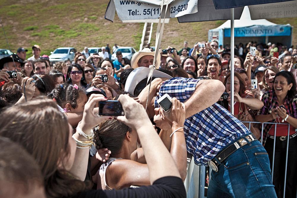 Alessandro recebendo assédio das fãs em seu momento beatle