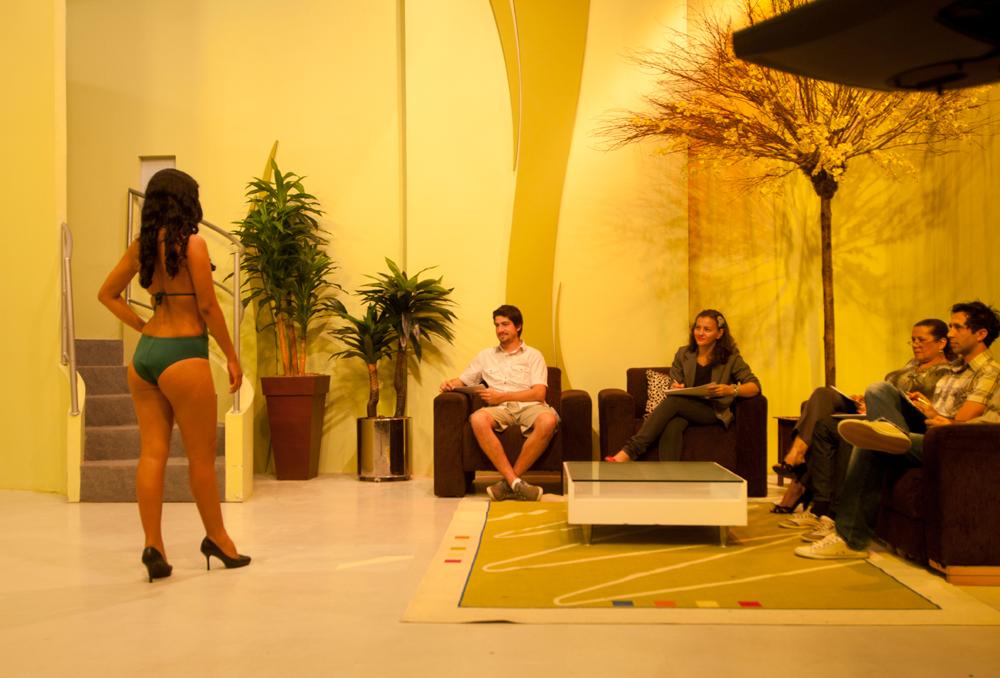 de bermuda, ao vivo na televisão, nosso repórter atua como jurado do concurso