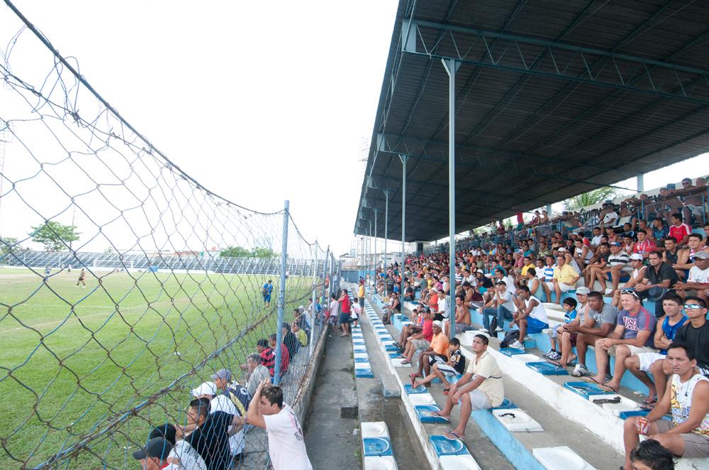 o público no estádio da Colina