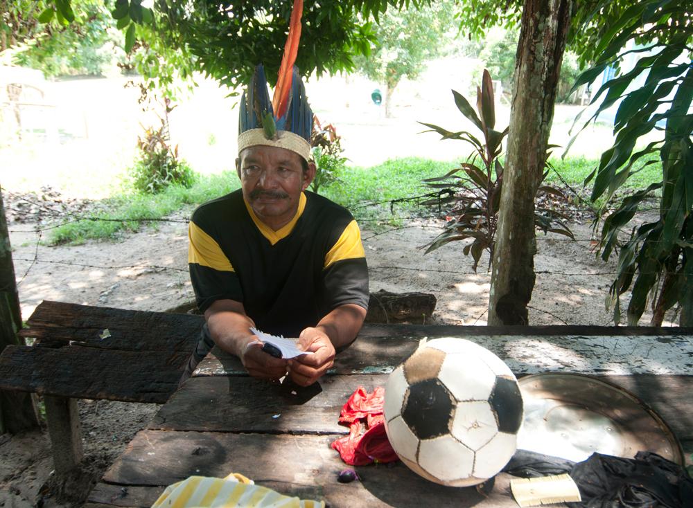 o cacique Ciocy, do Baré F.C., time que cruza o rio Negro de barco para chegar aos jogos em Manaus