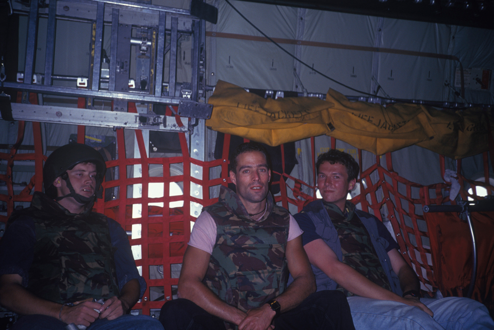 Os jovens correspondentes Philippe Deprez (à dir., personagem de A caçada) e Sebastian Junger (centro, codiretor do documentário Restrepo) no avião da ONU rumo a Saravejo, em 1993