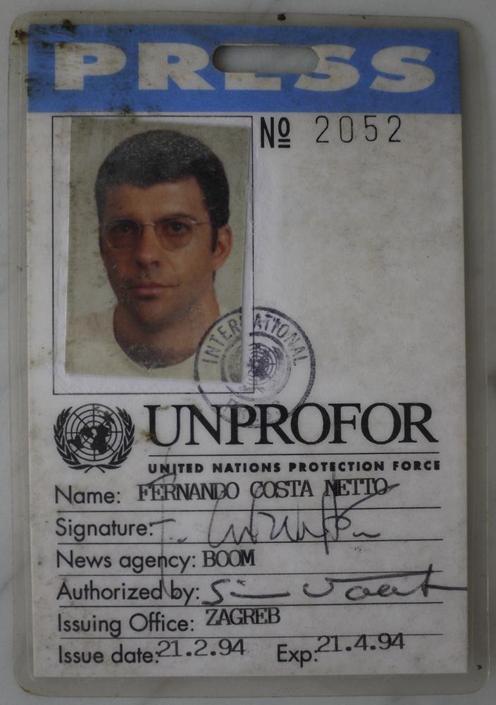 A carteirinha de correspondente de guerra de sua segunda viagem à Bósnia