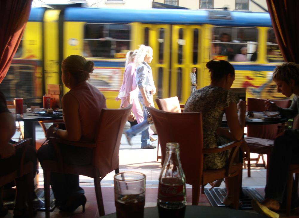 Cafés lotados da avenida Marechal Tito