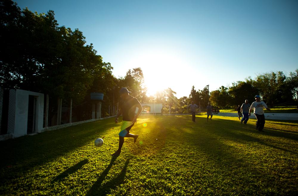 internos e funcionários do Instituto Novo Mundo fazem oração e jogam bola
