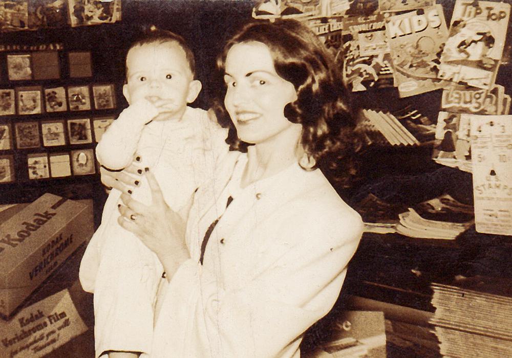 com Claudine, sua mãe, oficial da marinha americana