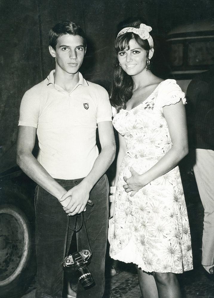 com 15 anos, levantando asa para cima da atriz Claudia Cardinale