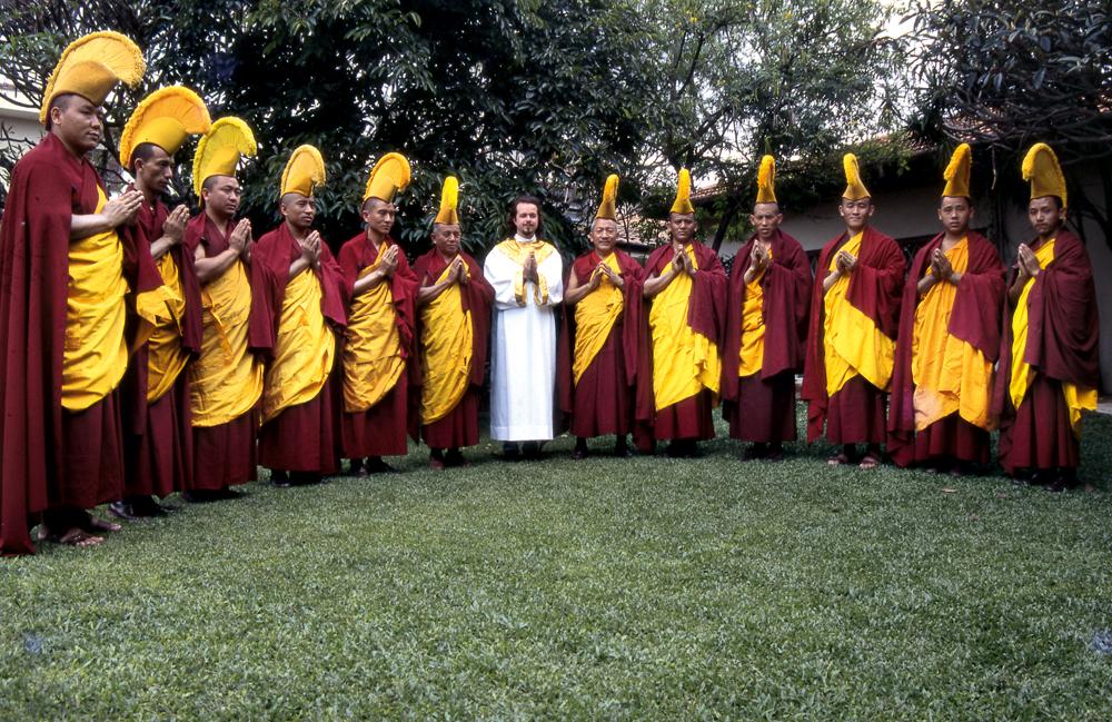 Com monges tibetanos na gravação do álbum The new moon of East