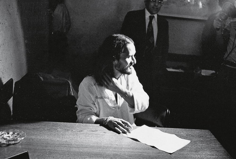 Alex assinando seu alvará de soltura em 1980