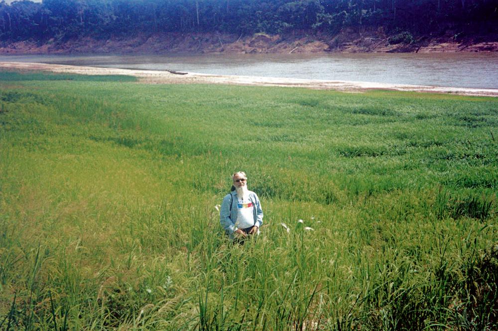 Alex Polari no meio de uma de suas plantações orgânicas nas praias dos rios amazônicos