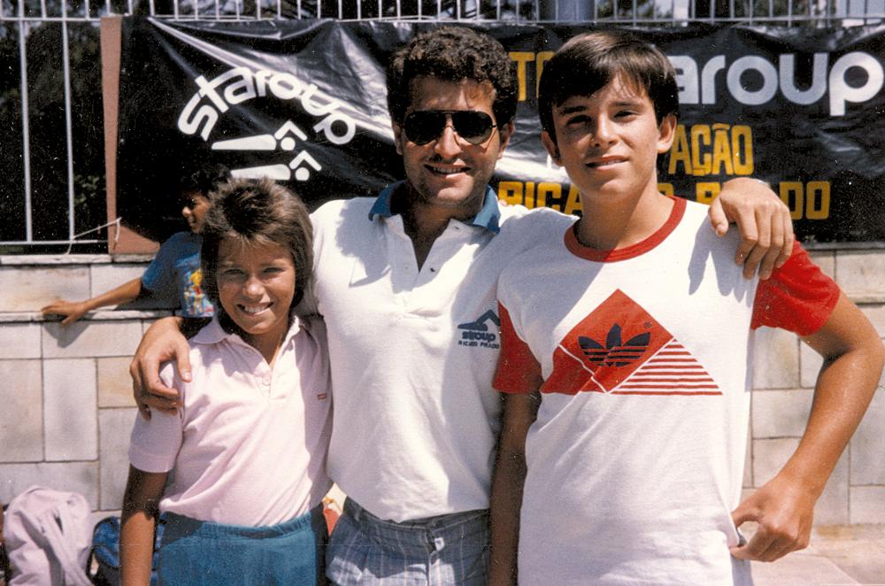 Com a irmã Kátia e o herói de natação Ricardo Prado