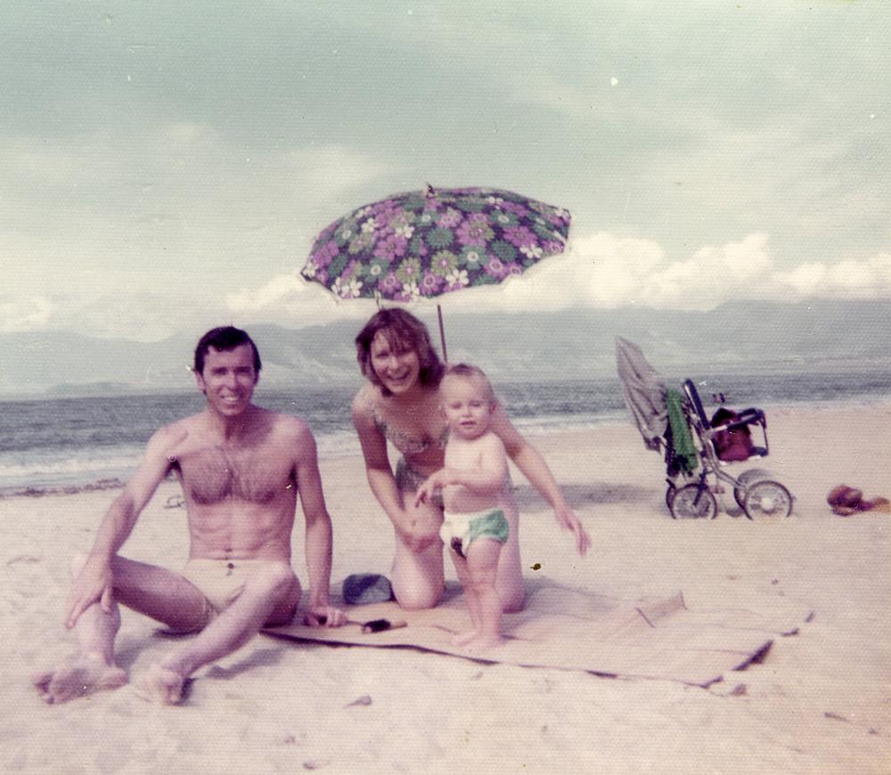Com os pais Tommaso e Elza, em Caraguatatuba, com 1 ano de idade