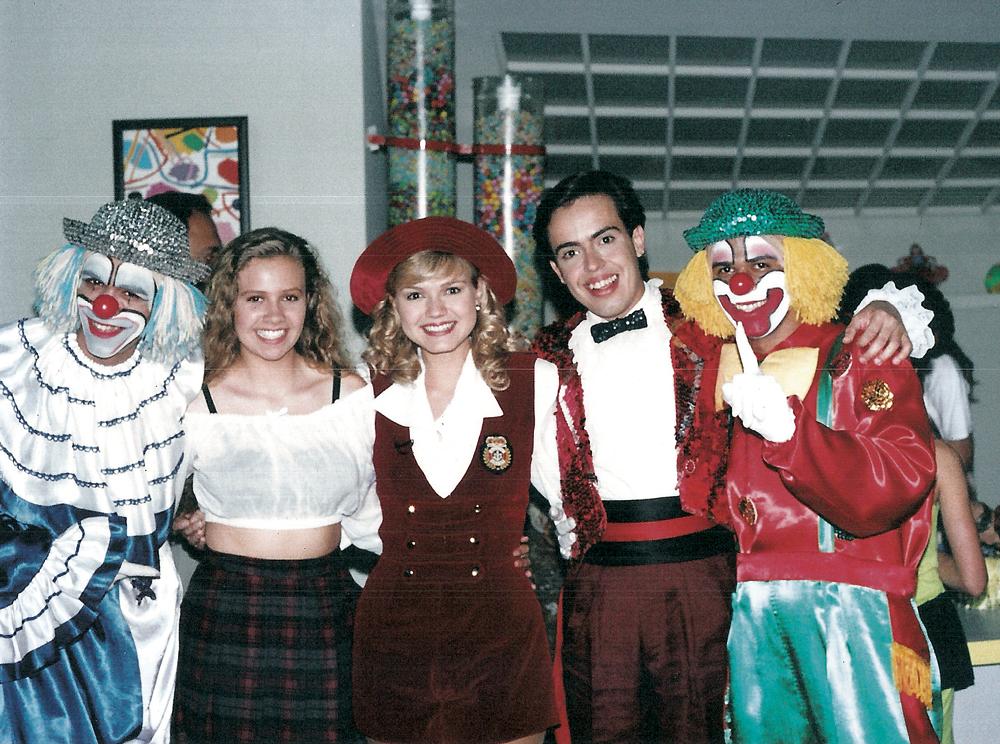 Rinaldi posa ao lado de Eliana com o então quarteto Patati Patatá, em 1990