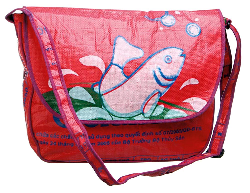 BOLSA - Produzida a partir de sacos usados em plantações de arroz do Camboja, R$ 150 (http://tinyurl.com/7vj24kv)