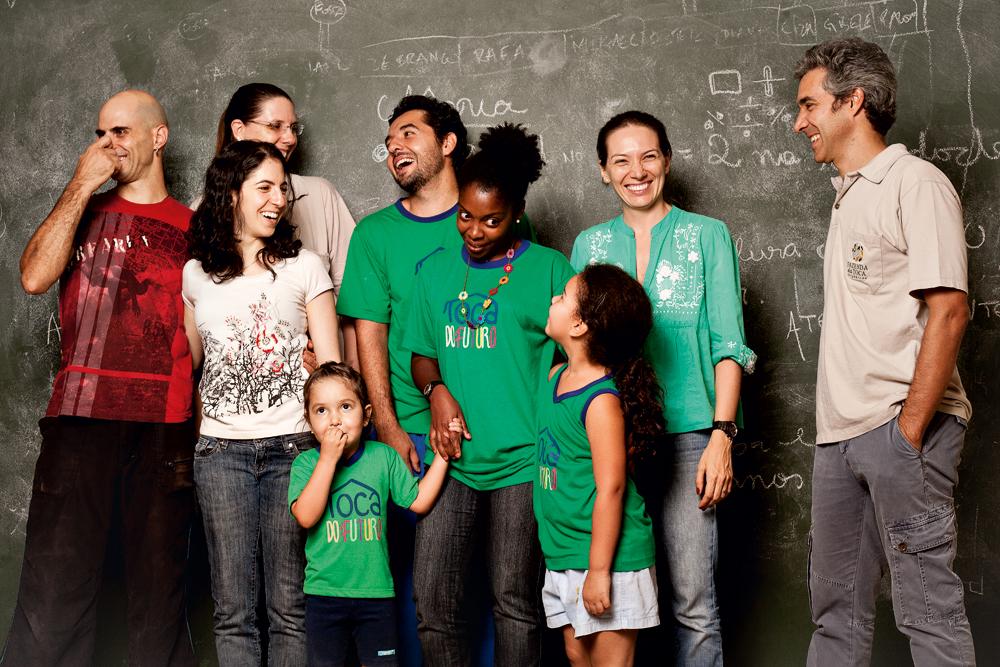 """com a mulher, Tati, e alunos da escola que criou em São Carlos para os filhos dos trabalhadores que moram lá: """"A vida fora dos grandes centros faz muito sentido para nós"""""""