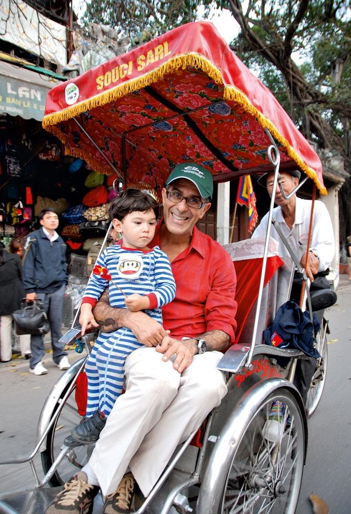 Arthur com o filho Pedro em Saigon, Vietnã (2011)