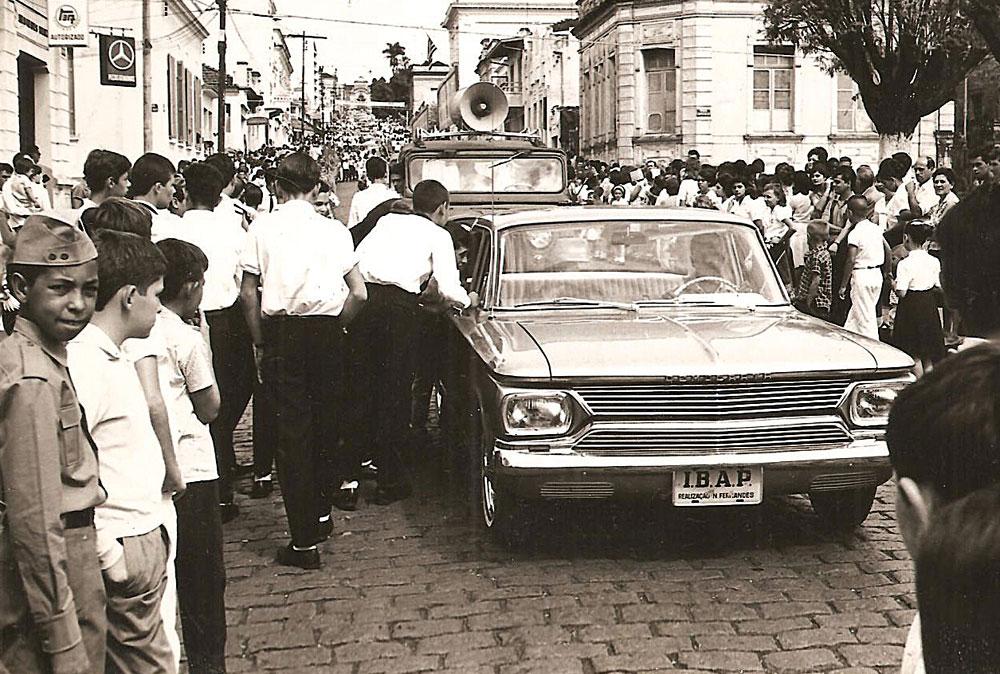 Nas imagens de arquivo, cenas do protótipo dos anos 1960, em eventos de busca de acionistas